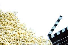 Popcorn och clapperboard royaltyfria foton