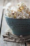 Popcorn och cola på trätabellen Royaltyfri Fotografi