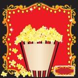 Popcorn och en inbjudan för filmfödelsedagdeltagare Arkivbilder