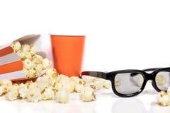 Popcorn och exponeringsglas 3D framme av vit med copyspace Royaltyfri Bild