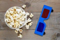 Popcorn- och för anaglyph 3d exponeringsglas på tabellen Arkivfoto