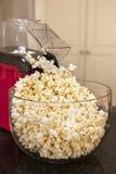 Popcorn och Popcorn bearbetar med maskin Arkivbild