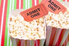 Popcorn op de Desktopmening van filmkaartjes Stock Foto's