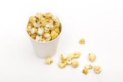 Popcorn op de witte achtergrond royalty-vrije stock fotografie