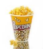 Popcorn op glas met witte backgrounder Royalty-vrije Stock Foto's