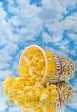 Popcorn op glas met wolk Stock Foto's