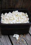 Popcorn op hout in mand Royalty-vrije Stock Fotografie