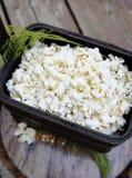 Popcorn op houten dienend dienblad in mand Royalty-vrije Stock Fotografie