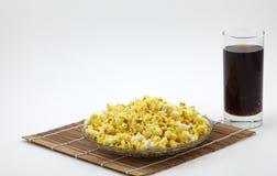 Popcorn på bambugardinen spjälkar och cola Fotografering för Bildbyråer