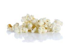 Popcorn på den vita bakgrunden Fotografering för Bildbyråer