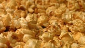 Popcorn på en grön bakgrund långsam rörelse Närbild Horisontalpanna 2 skott lager videofilmer