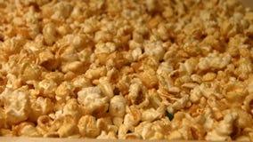 Popcorn på en grön bakgrund långsam rörelse Närbild 2 skott stock video
