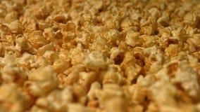 Popcorn på en grön bakgrund långsam rörelse Närbild Vertikal och horisontalpanna 3 skott arkivfilmer