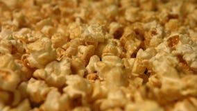 Popcorn på en grön bakgrund långsam rörelse Närbild Vertikal panna 2 skott lager videofilmer