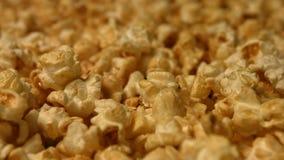 Popcorn på en grön bakgrund långsam rörelse Närbild Vertikal panna 2 skott arkivfilmer