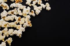 Popcorn på svart bakgrund Arkivbilder