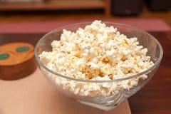 Popcorn på tabellen Arkivfoto