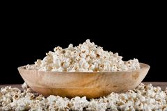 Popcorn in retro ciotola di legno e rovesciato sullo scrittorio di legno fotografia stock libera da diritti