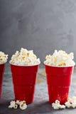 Popcorn in rode koppen Royalty-vrije Stock Afbeelding