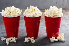 Popcorn in rode koppen Royalty-vrije Stock Foto's