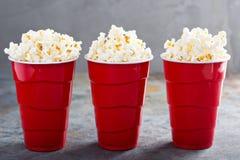 Popcorn in rode koppen Royalty-vrije Stock Afbeeldingen