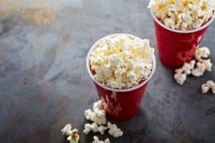 Popcorn in rode koppen Royalty-vrije Stock Foto