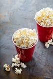 Popcorn in rode koppen Royalty-vrije Stock Fotografie