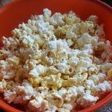 Popcorn in rode plaat Stock Afbeeldingen