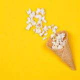 Popcorn in roomijskegels Royalty-vrije Stock Afbeeldingen