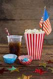Popcorn, söt mat och den kalla drinken dekorerade med 4th det juli temat Arkivfoton