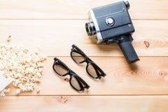 Popcorn salato, vetri 3d per due spettatori e retro macchina fotografica o Immagini Stock Libere da Diritti