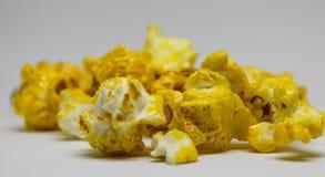 Popcorn selbst gemacht auf weißem Hintergrund Lizenzfreies Stockfoto