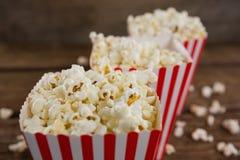 Popcorn som är ordnat i rad med 4th det juli temat Royaltyfri Bild