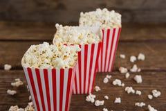 Popcorn som är ordnat i rad med 4th det juli temat Arkivfoton