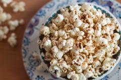 Popcorn som överträffas med kanel Arkivbild