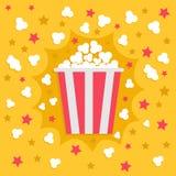 Popcorn som poppar explosion Röd gul remsaaskpacke Skjutit i en studio Symbol för biofilmnatt i plan designstil Stjärnaskugga stock illustrationer