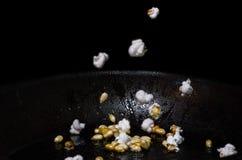 Popcorn som poppar i en panna Royaltyfri Foto
