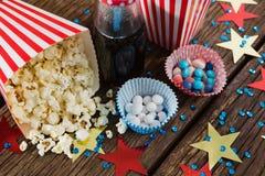 Popcorn sparso ed alimento dolce decorati con il tema del 4 luglio Fotografie Stock Libere da Diritti