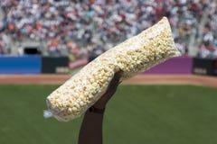 Popcorn am Spiel Lizenzfreie Stockfotografie
