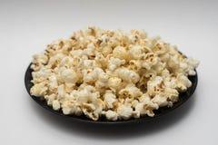 Popcorn su un fondo bianco Fotografia Stock Libera da Diritti