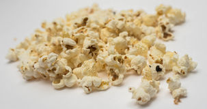 Popcorn su un fondo bianco Fotografia Stock