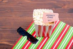 Popcorn sui biglietti di film della tavola, vista superiore di vetro 3D Fotografie Stock Libere da Diritti