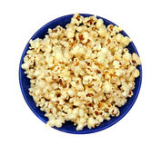 Popcorn in un primo piano isolato piatto blu Fotografia Stock Libera da Diritti