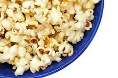 Popcorn in un primo piano isolato piatto blu Fotografie Stock