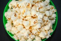 Popcorn in un primo piano verde della ciotola fotografia stock libera da diritti