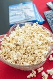 Popcorn in una ciotola su una tavola Fotografia Stock Libera da Diritti