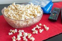 Popcorn in una ciotola su una tavola Immagini Stock