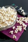 Popcorn in una ciotola su una tavola Immagine Stock Libera da Diritti
