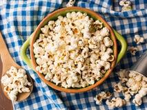 Popcorn in una ciotola sul tovagliolo Immagine Stock