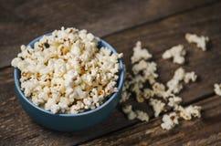Popcorn in una ciotola sulla tavola di legno fotografie stock libere da diritti